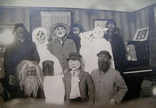 scary_old_time_costumes.jpg